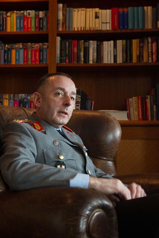 """""""Enorme Herausforderungen für alle klassischen Instrumente der Sicherheitspolitik"""" – ein Gespräch zum Weißbuch 2016"""